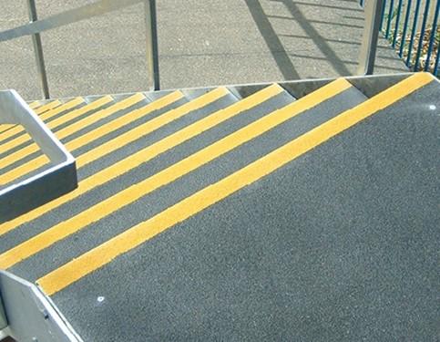 Panele antypoślizgowe SuperGrip do zabezpieczania przejść, schodów itp.