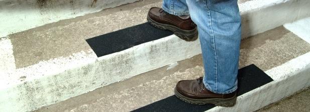 Taśmy i nakładki antypoślizgowe na schody, progi itp.