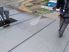 Czyszczenie dachu przed malowaniem