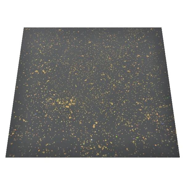 Brokat złoty na czarnej posadzce - ujęcie ze skosu