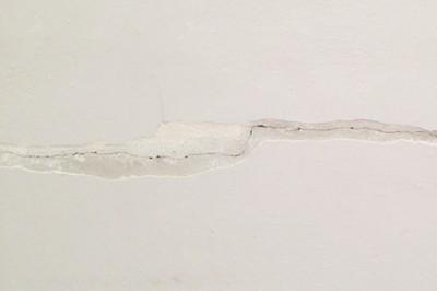 Farba elastyczna do sufitu na pęknięcia