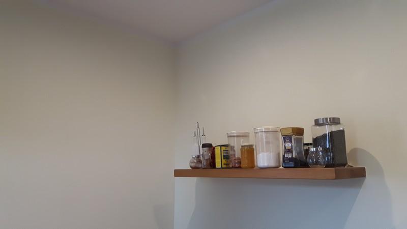 Farba akrylowa do ścian Deco Acryl w wykończeniu matowym w kolorze NCS S 0505 Y na ścianie pokoju