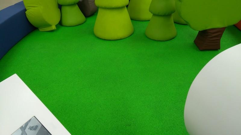Farba do podłóg drewnianych i betonowych RD-Aquatop PU w kolorze NCS S 1075-G20Y na posadzce