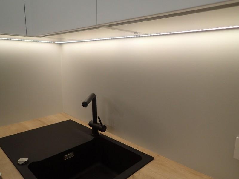 Farba akrylowa do ścian Deco Acryl w wykończeniu matowym w kolorze NCS S 1500 N na ścianie kuchni