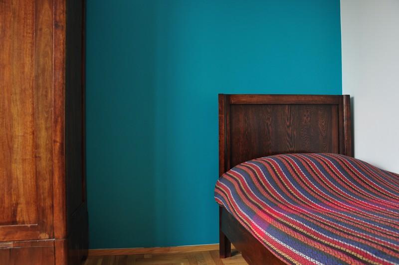Farba akrylowa do ścian Deco Acryl w kolorze NCS S 2050-B30G na ścianie pokoju