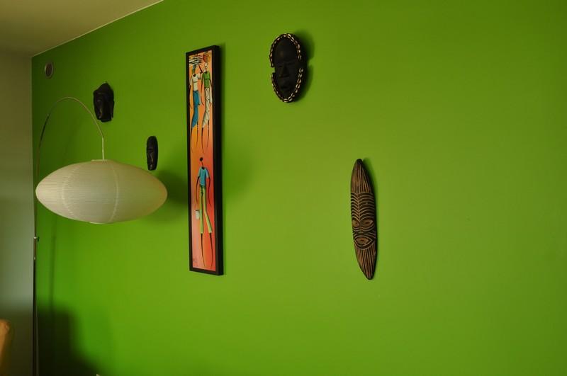 Farba akrylowa do ścian Deco Acryl w wykończeniu matowym w kolorze NCS S 2060-G40Y na ścianie pokoju