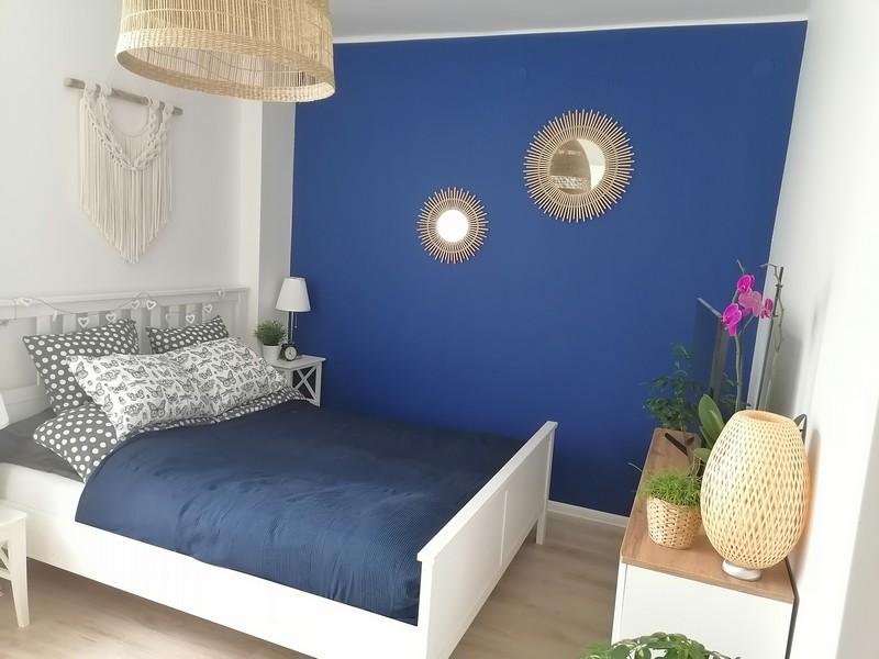 Farba akrylowa do ścian Deco Acryl w wykończeniu matowym w kolorze NCS S 4550-R80B na ścianie pokoju