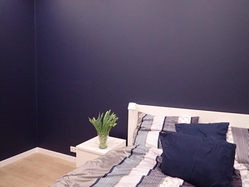 Farba akrylowa do ścian Deco Acryl w kolorze NCS S 7020-R70B na ścianie pokoju