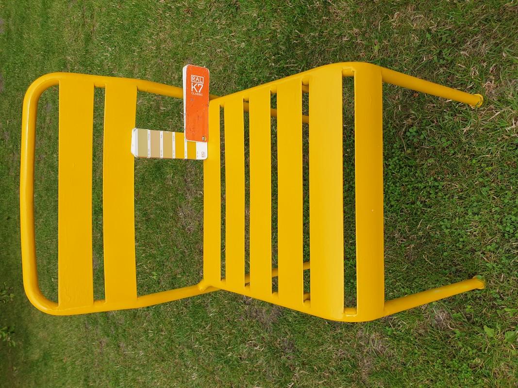 Spray w kolorze RAL 1004 na krześle