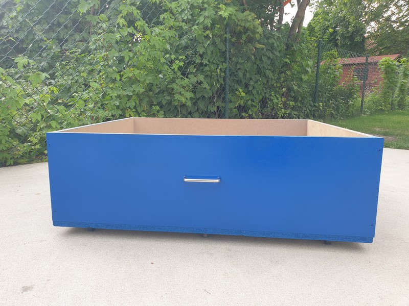 Spray w kolorze RAL 5010 na szufladzie