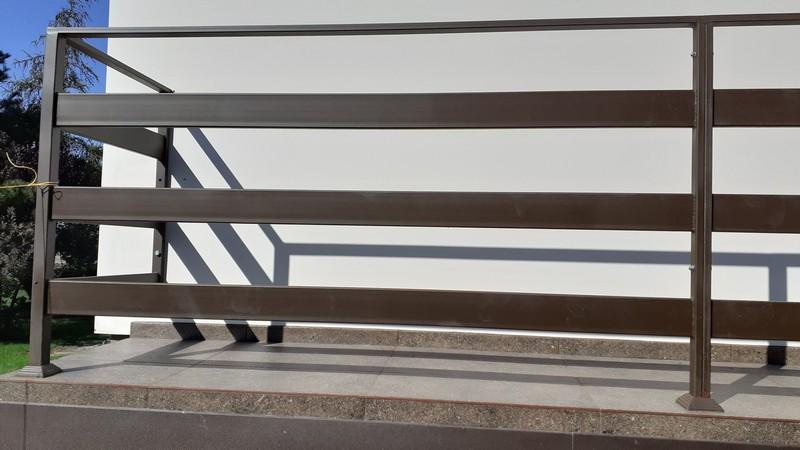 Farba do blachy powlekanej Metal Unicoat na barierce