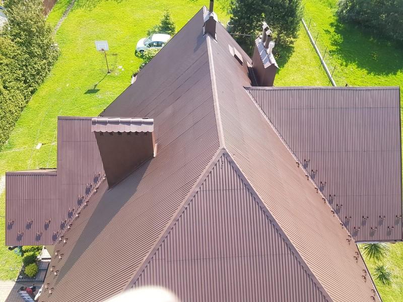 Farba antykorozyjna Metal Unicoat RAL 8017 na dachu