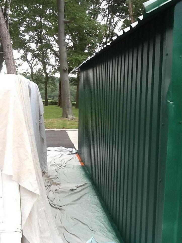 Farba do metalu w kolorze RAL 6005 na ścianie z paneli warstwowych