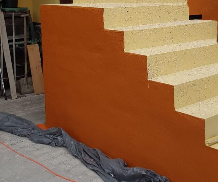 Farba elewacyjna PU RAL 8023 na ścianie