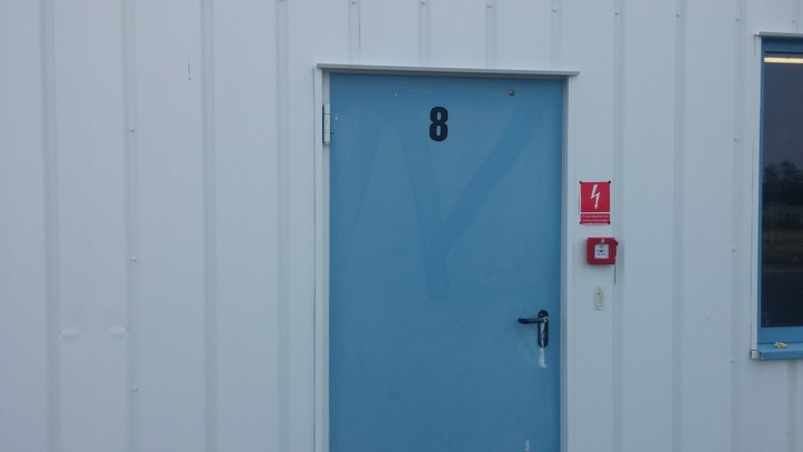 Farba antykorozyjna Metal Unicoat RAL 9003 na ścianie z paneli warstwowych
