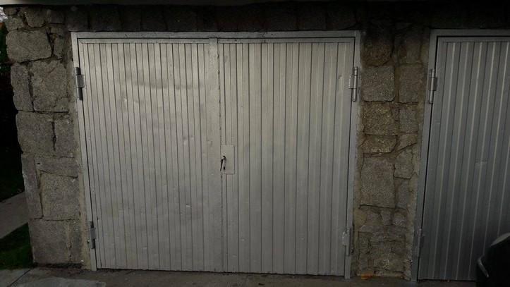 Farba do metalu w kolorze RAL 9006 na drzwiach