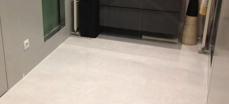 Lakierowanie posadzki mikrocementowej w łazience