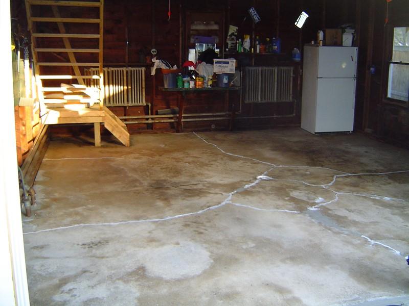 Odnowa posadzki w garażu - wypełnianie ubytków
