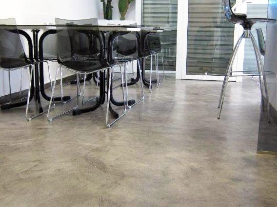 Podłoga wewnątrz zabezpieczona lakierem bezbarwnym
