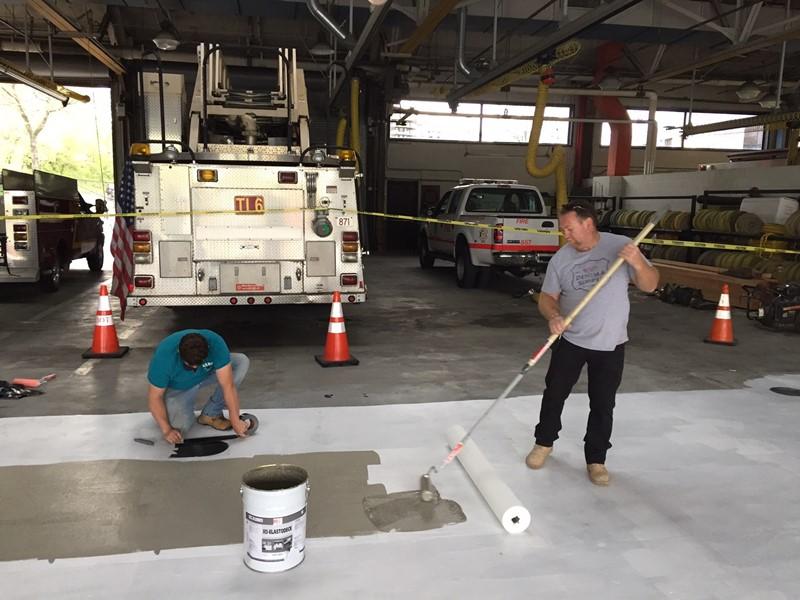Renowacja garażu - wklejanie włókniny