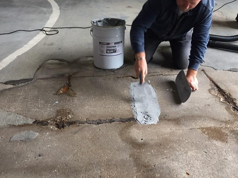 Renowacja garażu - wypełnianie ubytków