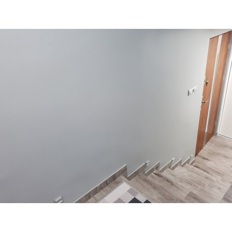 Ściany w korytarzu zabezpieczone lakierem zmywalnym Monovar PU